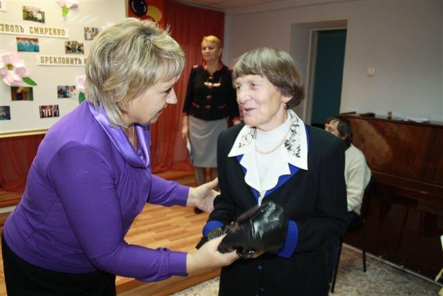Депутаты поздравили ветеранов педагогического труда