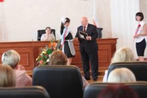 25.06.2012 г. А.Ф. Тихомиров вручает Благодарственные письма лучшим выпускникам области
