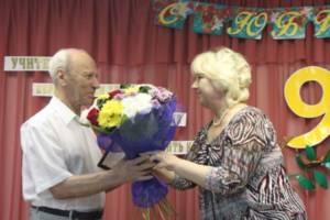 11.07 2012 г. В.И. Тарасенко поздравляет Почетного гражданина области Л.М. Брусиловского с 90-летием