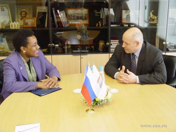 Во время встречи А.Ф.Тихомирова с Генеральным Консулом США во Владивостоке Памелой Спратлен