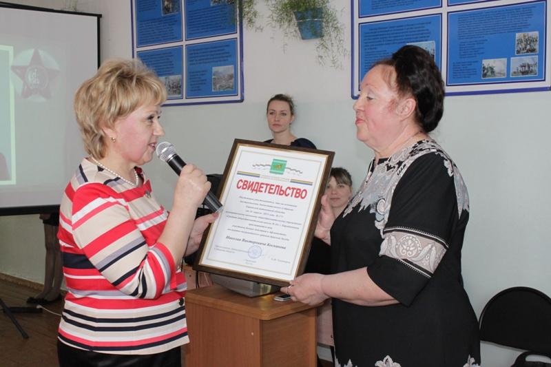 Школе № 16 Биробиджана передано свидетельство о присвоении ей имени Н.В. Косникова
