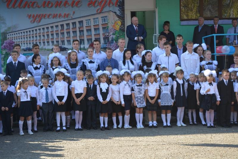 А. Тихомиров поздравил школьников и учителей с праздником