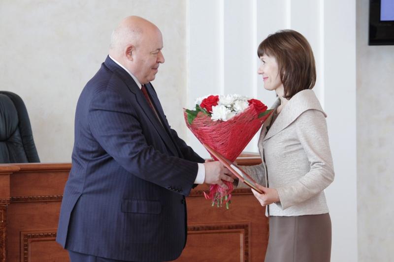 Муниципальным служащим вручены награды парламента ЕАО