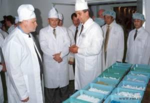 Председатель Совета Федерации Сергей Миронов во время посещения совместного российско-китайского предприятия Дальневосточные медицинские системы