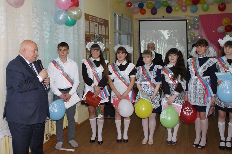 А. Тихомиров поздравил выпускников