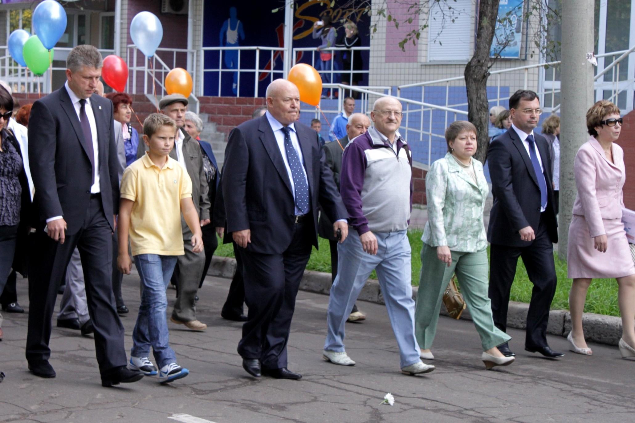 Депутаты приняли участие в праздничном шествии