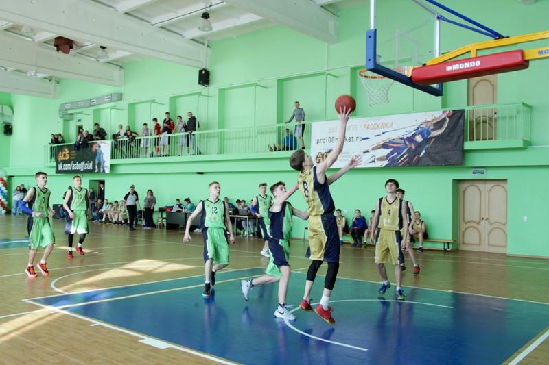 А. Тихомиров вручил награды победителям баскетбольного турнира