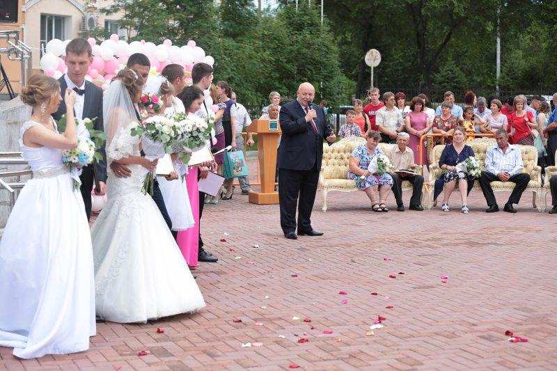 Депутаты поздравили супружеские пары с Днем любви, семьи и верности
