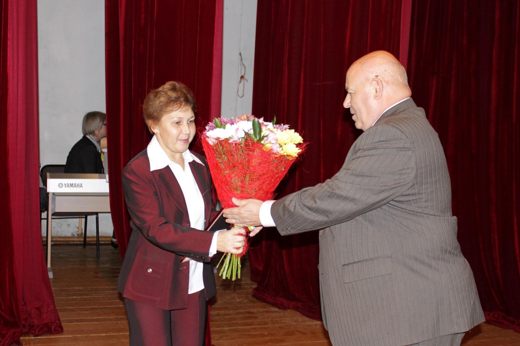 А. Тихомиров поздравил учителей в Октябрьском районе