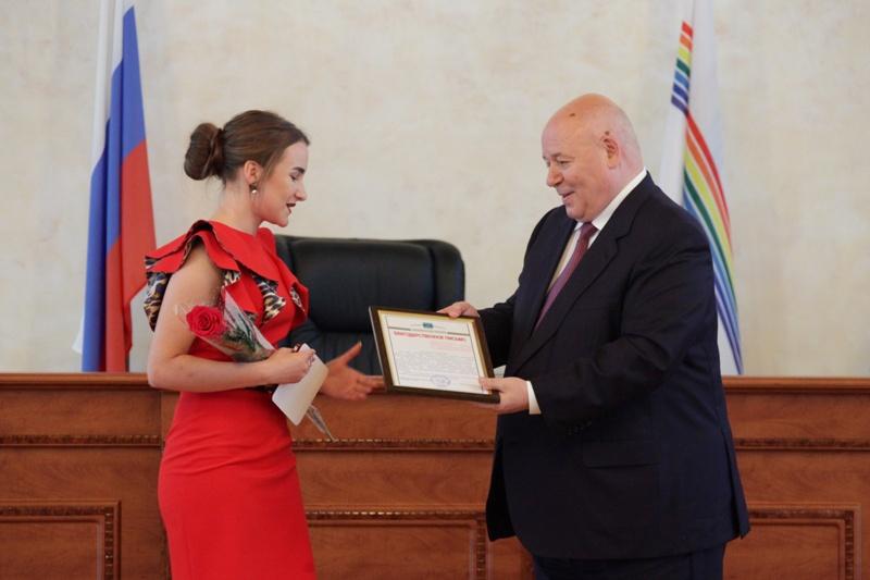 Выпускники школ ЕАО награждены медалями области