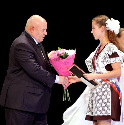 Выпускникам школ ЕАО вручены золотые и серебряные медали