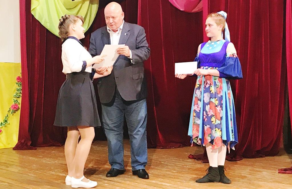 А. Тихомиров вручил премию школьникам Октябрьского района