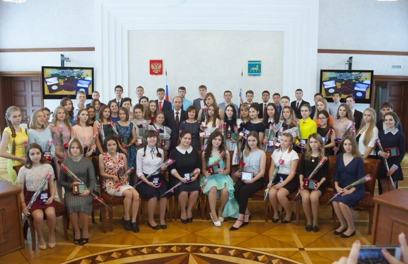 Лучшим выпускникам школ вручены награды области