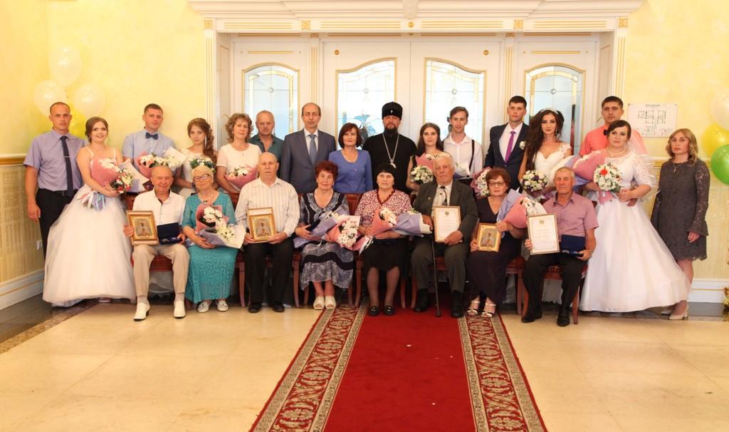С днем любви, семьи и верности супружеские пары ЕАО поздравили депутаты