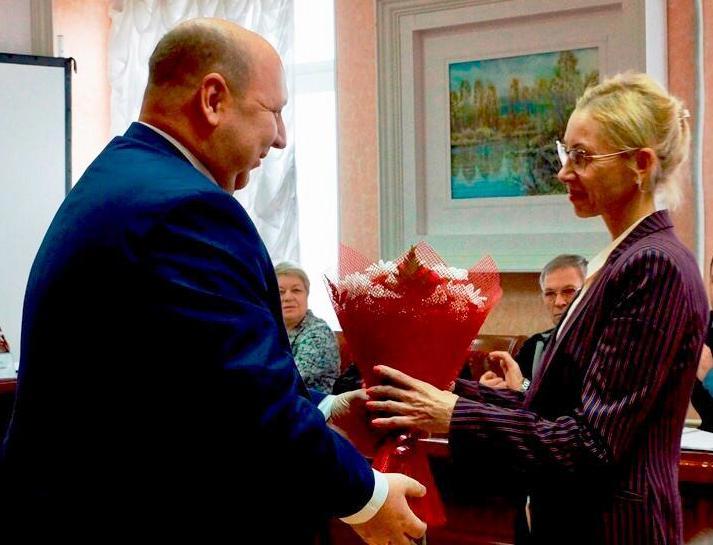 Е. Славиной вручено удостоверение депутата парламента ЕАО
