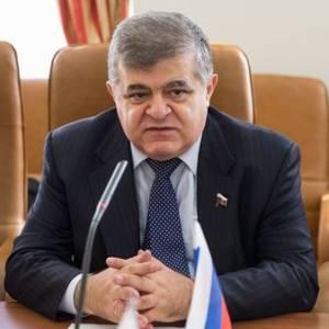 В. Джабаров поздравляет таможенников