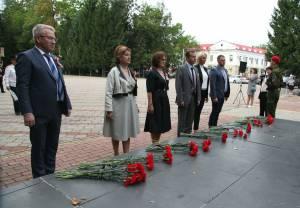 Депутаты возложили цветы к Огню Славы